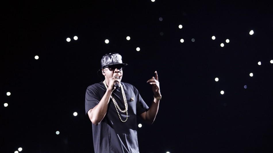 Jay-Z stoppt Konzert, bringt Frau auf die Bühne, die zweimal Krebs besiegt hat