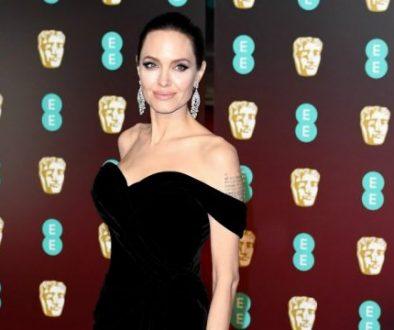 """Die joviale Angelina Jolie schmeichelt sich bei den Menschenrechtsaktivisten ein und """"Der weite Weg der Hoffnung"""" Autor Loung Ung auf dem roten Teppich der BAFTA"""