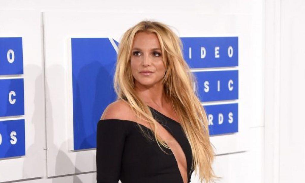 Britney Spears hat sich selbst in eine psychiatrische Klinik eingewiesen, während ihr Vater um seine Gesundheit kämpft