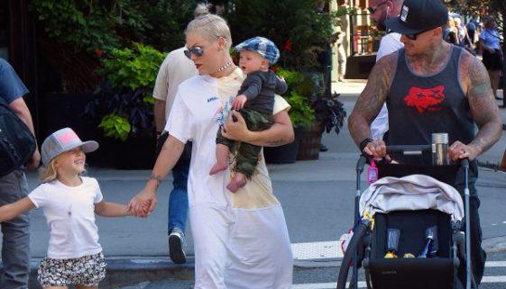 Pink reagiert auf Trolle, die ein Foto ihres Sohnes kritisieren